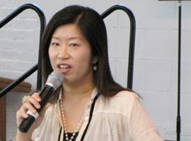 游智婷牧師在敬拜研習會上分享如何做一個敬拜者。(圖:本報記者) <br/>