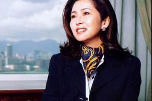 1975年香港小姐、曾獲「香港十大傑出青年」的張瑪莉自幼是孤兒,8歲之前過了流浪街頭的生活,而她告白神是看顧孤兒寡婦的神。 <br/>