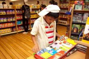 馬來西亞的孩童翻凝挭y,看得津津有味。(圖:http:gbaships.org) <br/>