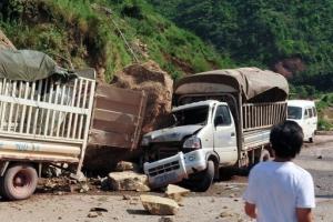 雲南省昭通市彜良縣附近9月7日早上發生5.7級地震,有車子被峽谷地帶的滾石壓毀。(圖:美聯社) <br/>