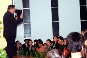 朱源和向台下大陸觀眾見證神恩。(圖:基督日報) <br/>