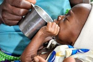 非洲安哥拉有25-34%的營養不良人口,11個月大的祖施雅因為得不到足夠營養,只有8.3磅重,幸服用高熱量治療性牛奶,兩星期後,祖施雅的體重已逐步回升!(圖:香港宣明會) <br/>