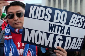 一位亞裔在3月華府遊行活動中高舉支持一男一女婚姻的標語。(圖:網絡) <br/>