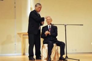 95歲的知名企業家田家炳在港接受蘇穎智牧師為他進行的基督教洗禮。(圖:田家炳第五中學網站) <br/>