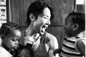吳建豪擁抱數名小朋友的照片,讓人仿佛聽到照片裏的歡聲笑語。(圖:吳建豪臉書) <br/>