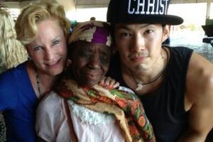 右起:吳建豪、被醫治的非洲婦女與神的使女Heidi Baker。(圖:吳建豪臉書) <br/>