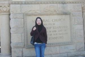 沈穎訪美期間在一家英文教會前攝影留念。(圖:沈穎博客) <br/>