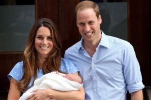 劍橋王子與父母。(圖:新華網) <br/>
