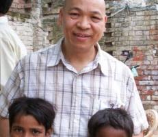葉牧師在印度貧民窟宣教。 <br/>