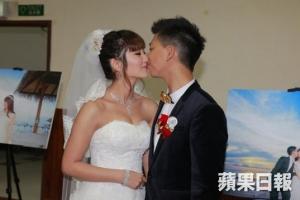 ,這對新人在賓客的見證與祝福下一吻定終身。(圖:蘋果日報) <br/>