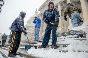 21日的暴風雪過後,工人在華府國家部門前的臺階上清理積雪。(圖:CNN) <br/>