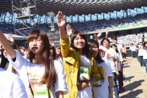 全體營友在大會主席的帶領下宣示30小時不進食固體食物。(圖:台灣世界展望會提供) <br/>