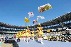 景美女中儀隊,為大會師舉行授旗儀式。(圖:台灣世界展望會提供) <br/>