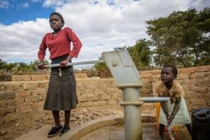 在尚比亞,世界展望會為社區開挖新井,供應58個家庭所需。(圖:台灣世界展望會提供) <br/>