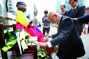 一位日籍老牧師近日到韓國首爾慰安婦少女銅像前下跪懺悔。(圖:《韓聯社》) <br/>