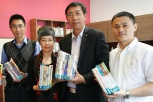 福建神學院院長岳牧師到香港證主接受贈書,並合影留念。(圖:香港證主) <br/>
