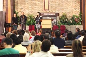 大陸基督徒藝人孫海英、呂麗萍伉儷(至左)在台上分享見證。(圖:遠志明牧師臉書) <br/>