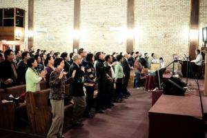 《迦南詩歌》作者小敏與南非華人朋友分享自己的信仰故事。(圖:遠志明牧師臉書) <br/>