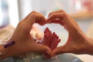 王力宏還在社交媒體上分享夫妻兩人手比愛心、圈住女兒小腳的照片,畫面溫馨感人。 <br/>