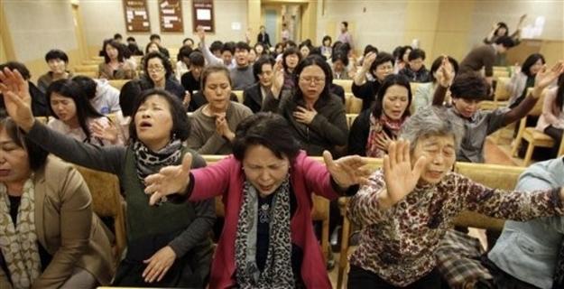 火熱的韓國教會禱告氣氛熱烈。