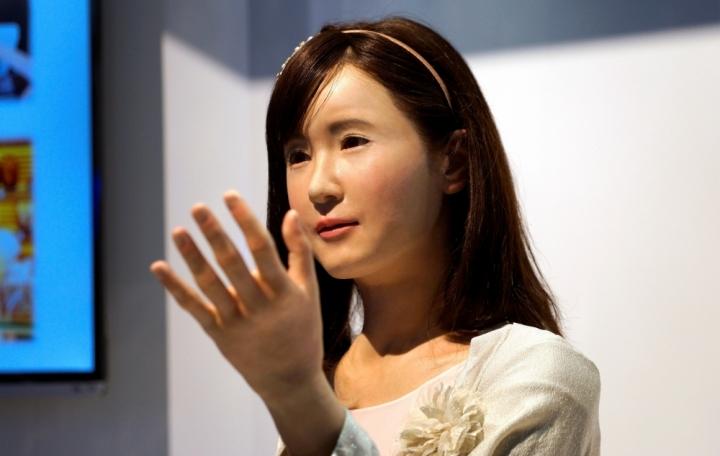 安卓系統的機械人ChihiraAico在2015年國際消費電子展的東芝展台向參觀者演示。(圖:路透社/RICK WILKING)