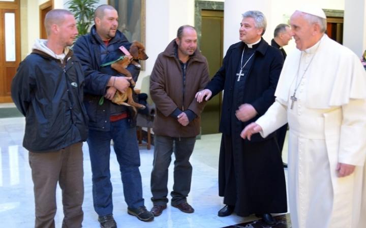 羅馬天主教教宗方濟與露宿者談話,攝於2013年12月。(CNS/Reuters/L'Osservatore Romano)