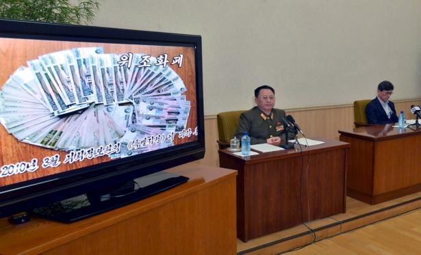 朝中社發佈的照片中顯示兩名韓國人金局基和崔春吉被當局以「間諜罪」扣留。(圖:路透社/朝中社)