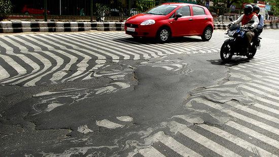 在Twitter上,有用戶上載驚人的圖片,照到首都新德里的一條道路因高熱融化,斑馬線變得扭曲模糊。