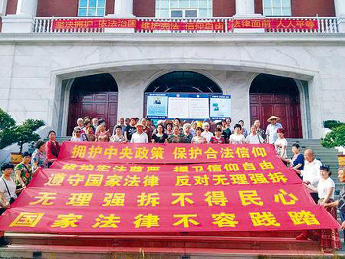 浙江金華堂基督徒抗議警方逮捕抗拆十字架的信徒。