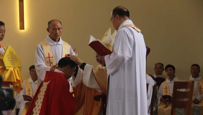 本周二,在河南省安陽市二道街天主教堂,44歲的張銀林在大約1400天主教信徒面前被祝聖為主教。