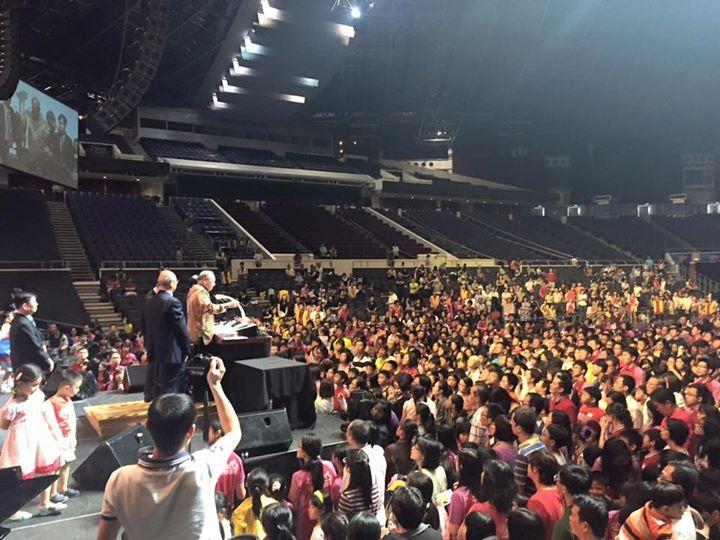 唐崇榮牧師在新加坡佈道會上奮力證道。(圖:唐崇榮國際佈道團)
