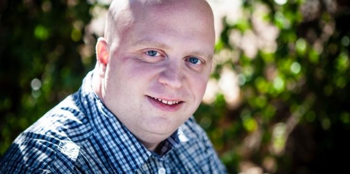 迦勒(Caleb Kaltenbach)現在是加州西米谷(Simi Valley)發現教會(Discovery Church)的牧師。他的父母在他兩歲的時候離婚,並各自進入了同性戀的關係,後來他奇妙的成為基督徒,並帶領他的同志父母去教會。(Discovery Church)