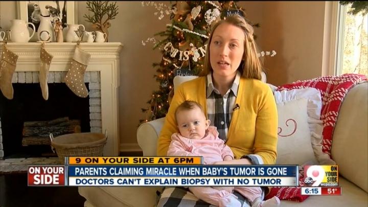 俄亥俄州辛辛那提(Cincinnati)的卡里薩.哈特菲爾德(Carissa Hatfield)與女兒佩斯利(Paisley)接受傳媒採訪。(網絡截圖/9 WCPO)