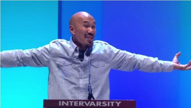 暢銷書《瘋狂愛上神》(Crazy Love)作家、著名美籍華裔牧者陳恩藩牧師(Pastor Francis Chan)擔任密蘇里州聖路易市舉行的Urbana學生宣教大會講員。(網上截圖/URBANA '15)