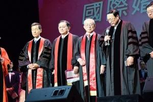 真愛家庭協會葉高芳會長(左一)与廿一位牧師長老為60對夫妻祝福。 <br/>圖:大洛杉磯教會網絡