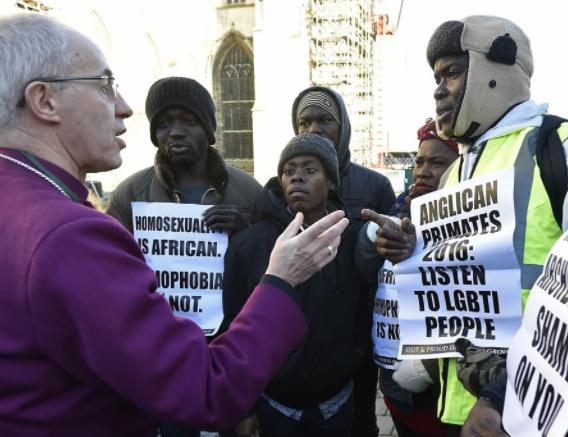 坎特伯雷大主教賈斯汀·韋爾比支持異性婚姻定義,他正與在坎特伯雷大教堂前的抗議者說話。 (圖:來自網絡)