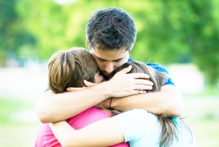 余德淳於第四屆青宣結業禮中向青年人分享何謂寬恕。(圖: 網絡)