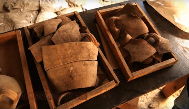 以色列古物管理局的考古人員於大衞城挖掘時,發現許多屬2600多年前的文物,進一步引證舊約《聖經》的說法。 (圖: Youtube視頻擷圖)