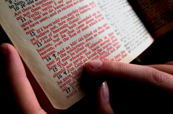 劉彤牧師說,要常在主的話語裡面。 (圖:來自網絡)