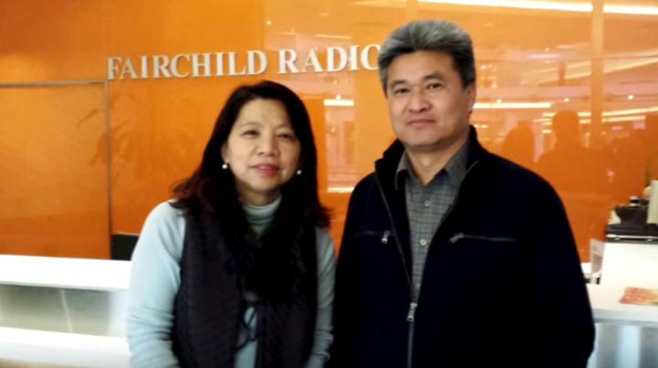 王光耀(右)自言長年專注於事業及娛樂而忽略了家庭。但因認識了信仰,改變了他的人生。(圖: 電台訪問視頻擷圖)
