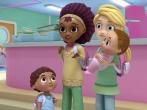 迪士尼卡通首見女同家庭引反同組織抗議 (圖:來自「小醫師大玩偶」視頻截圖」