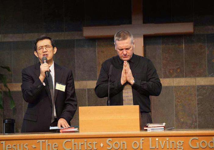 溫哥華浸信會信友堂主日洪予健牧師與Rev.Greg 牧師(加拿大殉道者之聲)為基督徒和教會禱告。 (圖:來自曼德twitter)