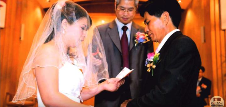 作客《星火飛騰》的孟玉,十五年前由內地嫁到香港。但作為新移民的她,經歷過兩次失敗的婚姻,卻因著信仰而與前夫復婚。(圖:《星火飛騰》視頻擷圖)