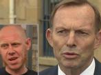 澳洲前總理艾伯特(右)被同性婚姻支持者拉貝(Astro Labe)(左)以頭襲擊。 (圖:來自網絡)