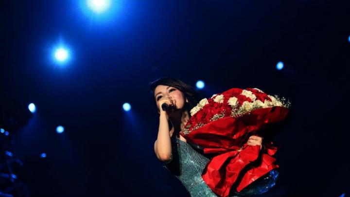 歌手鄧紫棋(G.E.M.)於本年9月中旬在香港紅館舉行一連三場名為「Queen of Hearts 」演場會。身為基督徒的G.E.M.,在9月17日的尾場,在萬人見證下禱告:「舊時已過,都變成新的了。」