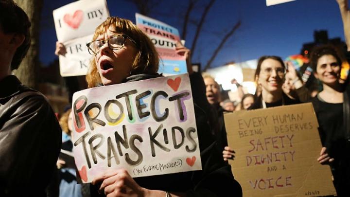 家長抗議校董會通過強制讓孩子上跨性別教育課程。(圖:Daily Wire)