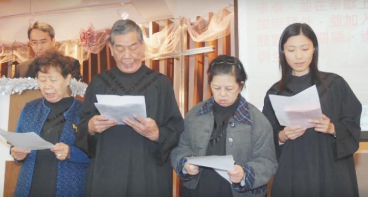 第436集《星火飛騰》的主角司徒隆(右三)本篤信佛教,卻因三個夢而改信基督。雖然他已然去世,但他的故事仍由妻女之口講述 (圖: 《星火飛騰》視頻擷圖)