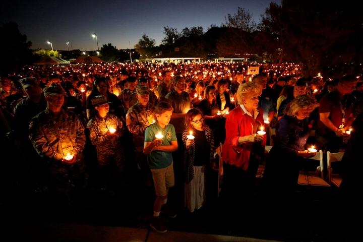 10月5日晚,美國拉斯維加斯,民眾舉行燭光集會,悼念槍擊事件遇難者(圖:來自網絡)