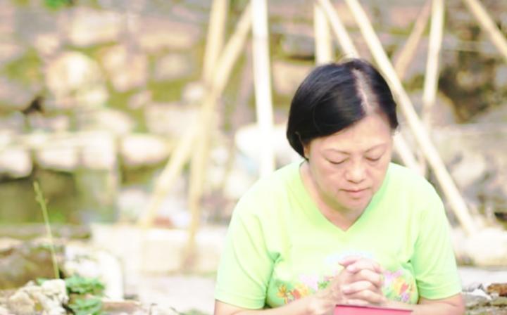 作客《星火飛騰》的孫佩玲曾因婚姻失敗而移居茶果嶺,在節目中她講述自己信主後的改變。﹙圖:《星火飛騰》視頻擷圖)