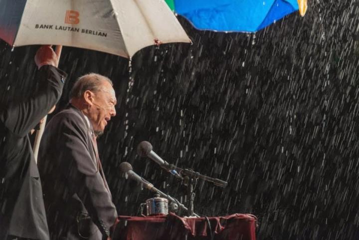 唐崇榮牧師於4月30日在印尼最東邊的城市馬老奇雨中奮力佈道。(圖:唐崇榮國際佈道團)